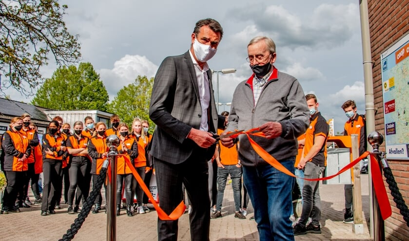 <p>Ap Aalderink (r.) en John Uffink van Coop verrichten samen de openingshandeling; het knippen van het lint. Foto: Liesbeth Spaansen</p>