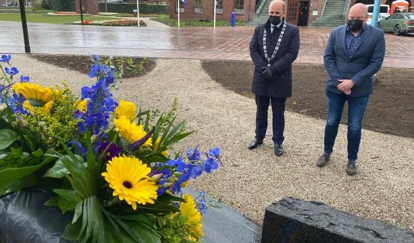 <p>Joris Bengevoord en vicevoorzitter van de raad Erwin te Selle, bij het monument tegenover het raadhuis. Foto: PR Gemeente Winterswijk</p>