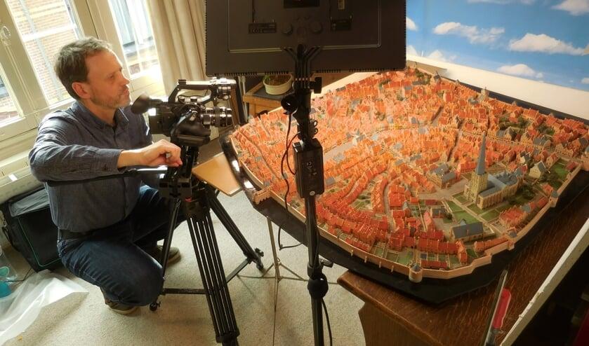 <p>John Post bij het maken van detail opnames van de maquette.&nbsp;</p>