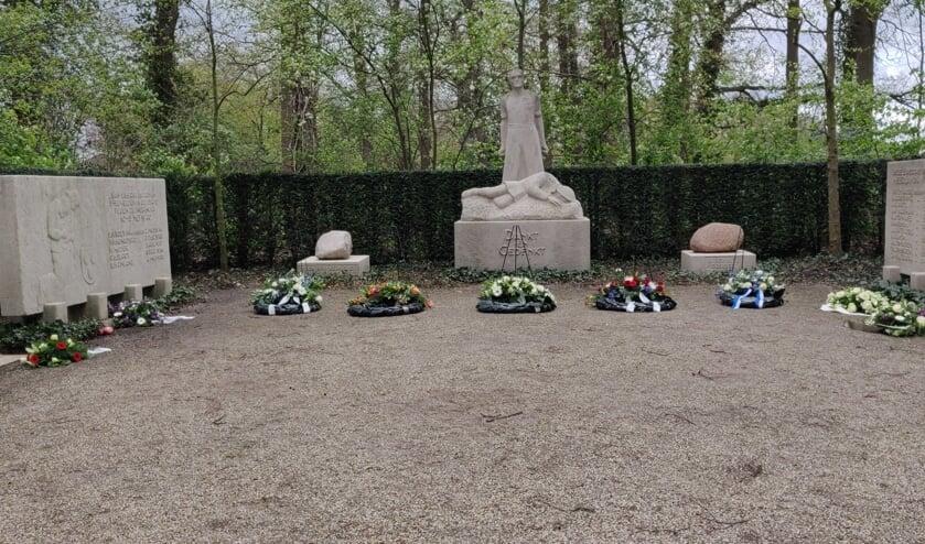 Bloemen bij het monument in Eibergen. Foto: Rob Stevens