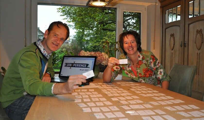 Initiatiefnemers Lex Schellevis en Esther Nederlof buigen zich over de route. Foto: PR
