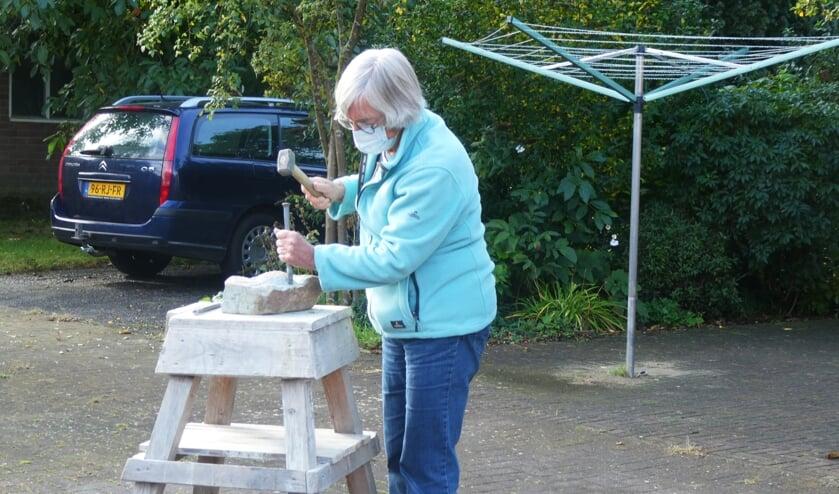 Nico van Kan geeft de cursus beeldhouwen in de open lucht. Foto: PR