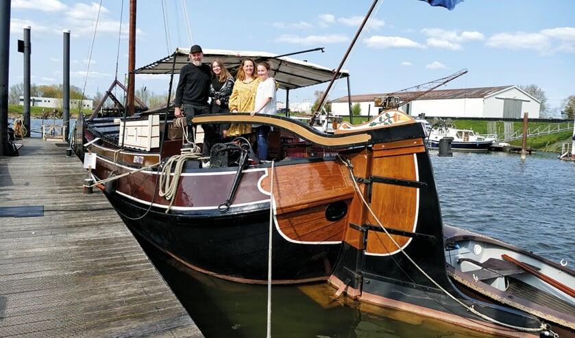 <p>Dani&euml;lle en Coos vertellen hoe het is om met hun dochters te wonen op een historisch schip in Museumhaven Zutphen. Foto: Berthil van den Brink</p>