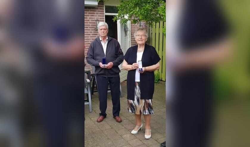 <p>Hennie en Paulien Sessink met de erespeldjes van hun vaders. Foto: PR</p>