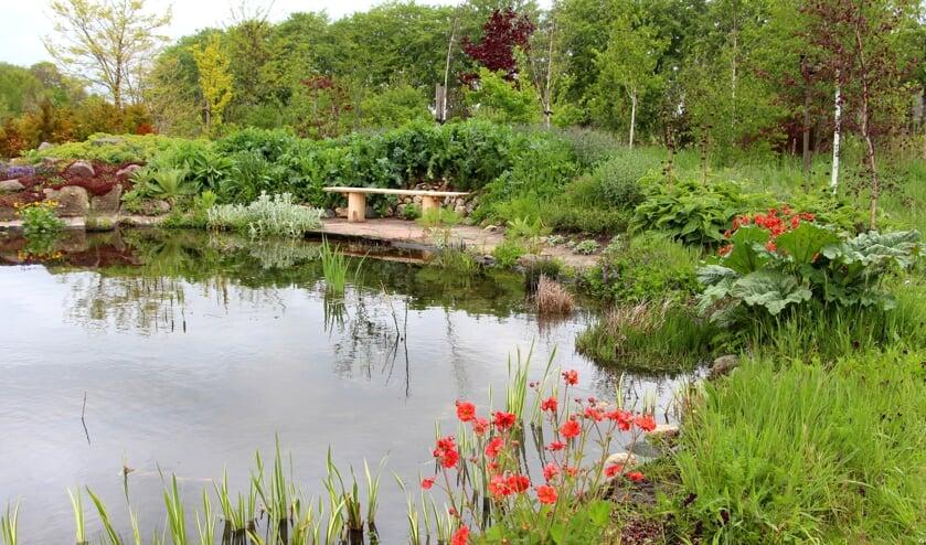 <p>Bij de Tuin Rondom geven de eigenaren een rondleiding met spannende verhalen over de planten &eacute;n de dieren die op de tuin afkomen. Foto: PR</p>