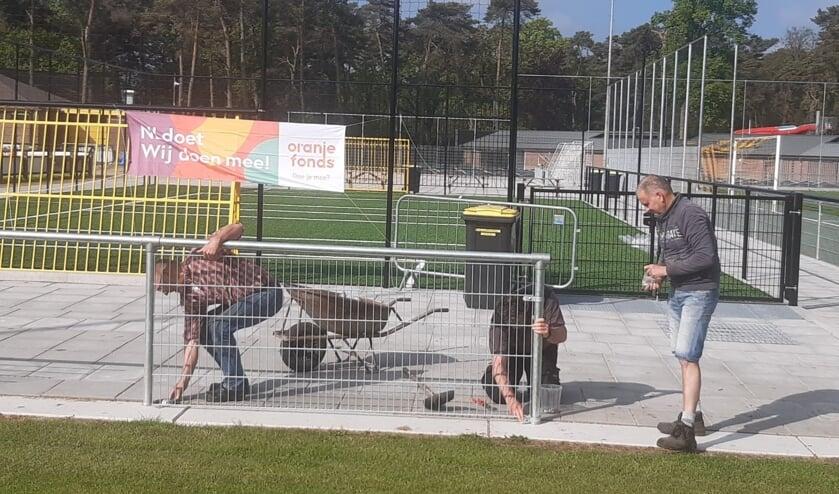 <p>Vrijwilligers plaatsen ijzeren matten in het leunhekwerk. Foto: PR</p>