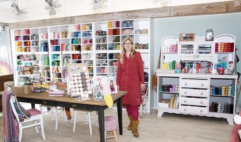 <p>Maureen Huls in haar compleet heringerichte 'winkel voor hip handwerk', Studio Sier. Foto: Frank Vinkenvleugel</p>