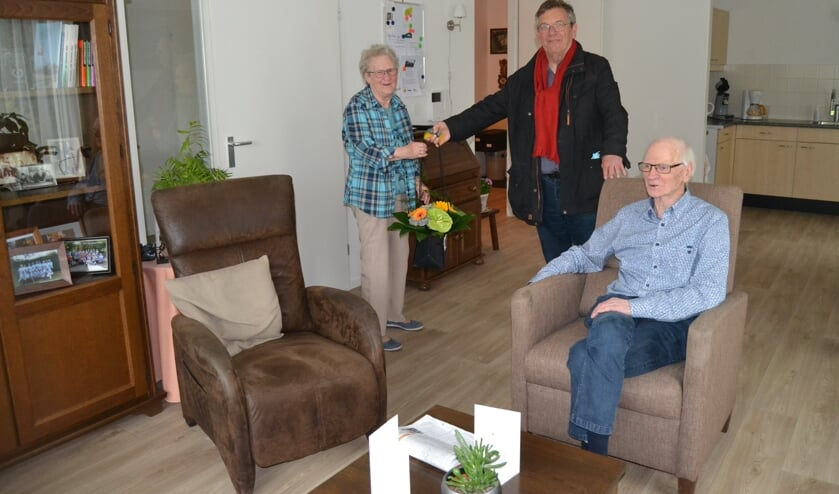 Wethouder Joop Wikkerink overhandigt mevrouw Klijn Hesselink een boeket bloemen. Foto: Karin Stronks