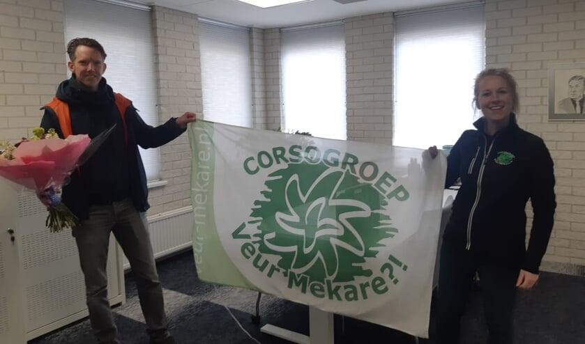 <p>Rob Knufing en Veur Mekare?!-voorzitter Nicol bij de ondertekening van het contract voor de bouwlocatie. Foto: eigen foto</p>