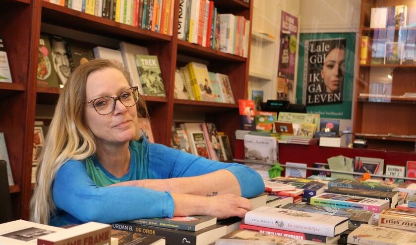 <p>Erna Wondergem, de Lochemse boekenwurm, in haar element bij Boekhandel Lovink. Foto: Arjen Dieperink</p>