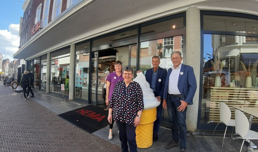 <p>Marieke Maandag, Henriet Mennink, Albert van Ewijk en Hainry Dijk hebben het na veertig jaar nog steeds naar hun zin bij de Hema in Zutphen. Foto: Rudi Hofman</p>