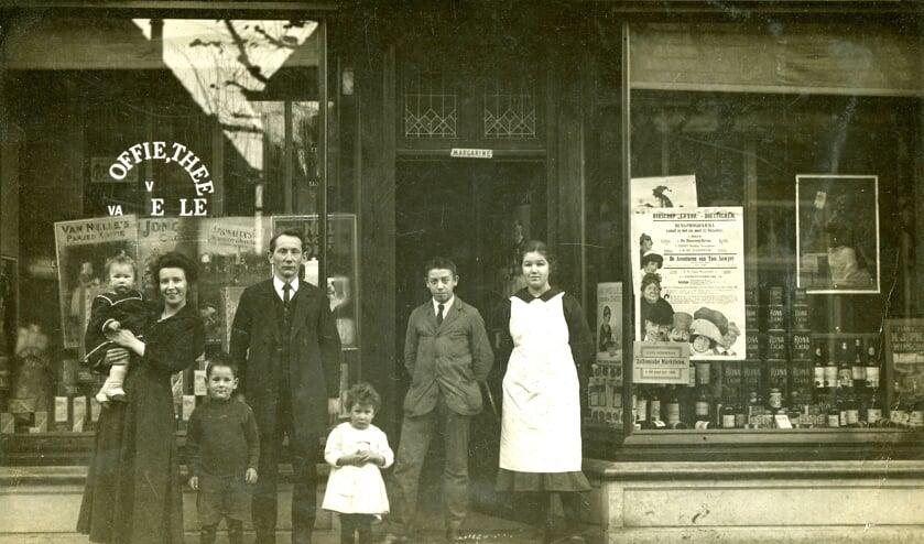 Hendrika Oldenhave en Albert Vos met hun kinderen en de winkelhulpen. Archieffoto uit ca. 1919