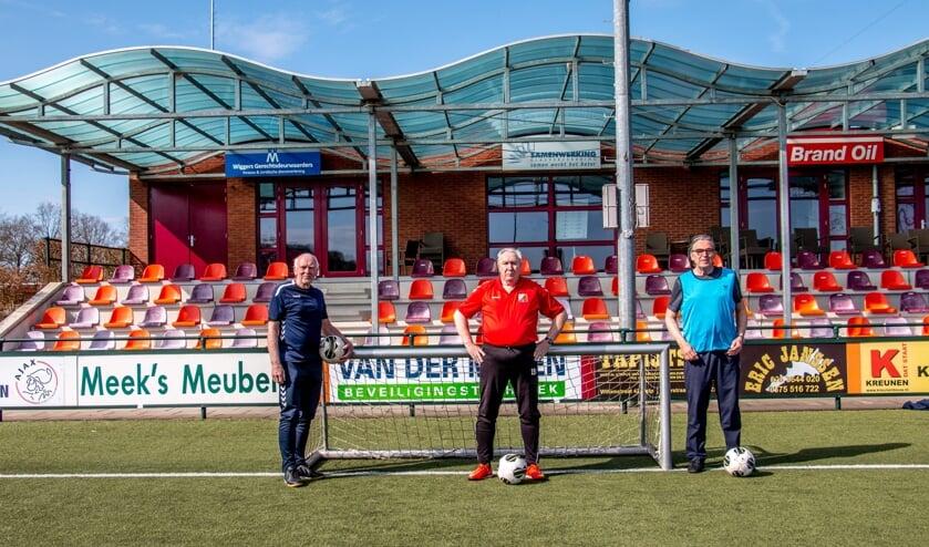 <p>Ambassadeur Adjan Pepers (l.) Evert Koster van FC Zutphen (m.) en Gerard Geerken van Warnsveldse Boys promoten OldStars Walking Football. Foto: Liesbeth Spaansen</p>