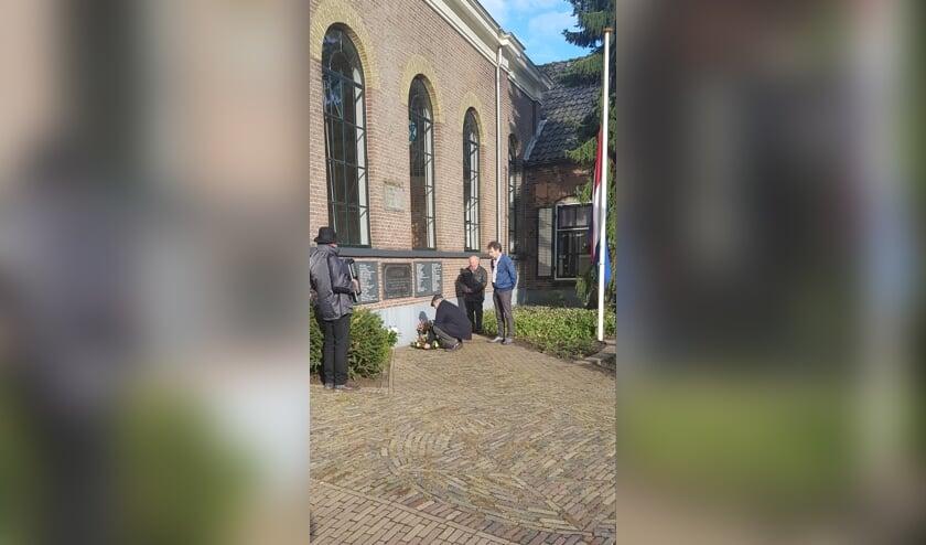 <p>Albert Geesink, Hanjo Haneveld en Jaap Nijstad legden bloemen. Rien Wulffraat zorgde voor de muzikale opluistering. Foto: PR</p>