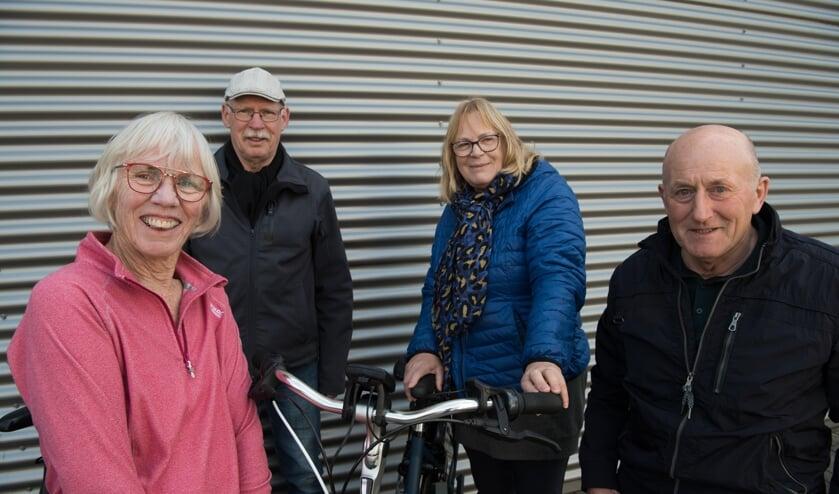 <p>Bestuursleden van de Heavensride hebben ook hun ouders op de pedalen van de e-bike gekregen: (v.l.n.r.) Tia Albers-Meijer, Jan Klein Brinke, Maria Peters-Klein Goldewijk en Henk Mombarg. Foto: Ben Albers</p>