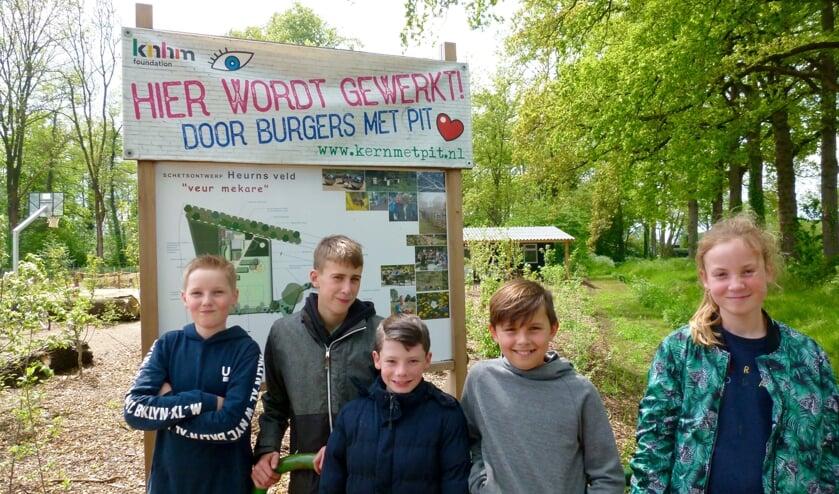 Kinderbestuurders Heurns Veld hebben vertrouwen in een goede afloop. Van links af Gideon Jansen, Jelle Wissink, Tim Veerbeek, Puck Nederlof en Alieke Ormel. Foto: PR