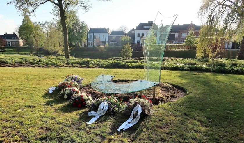 Bloemstukken bij het glazen monument in het plantsoen hoek Winterswijkseweg-Lichtenvoordseweg. Foto: Theo Huijskes