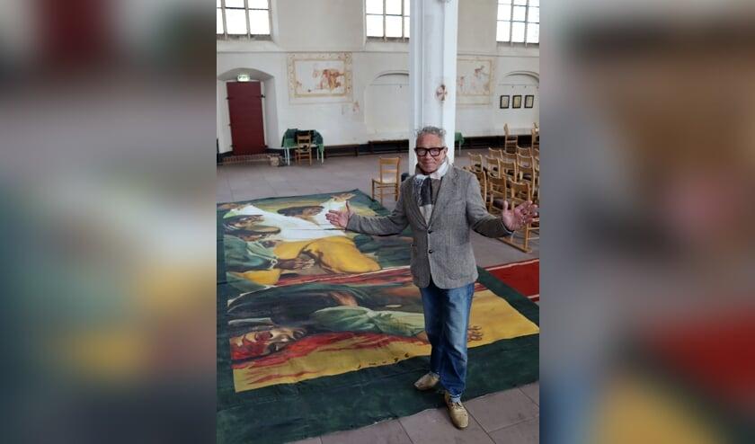 Jan Verburg bij een van de doeken die in de Gudulakerk komt te hangen. Foto: Gerwin Nijkamp