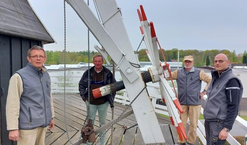 Van links naar rechts: Henk van der Graaf, Arjan van Unnik, Roel van Suilichem en René te Selle op de balustrade van de Venemansmolen. Foto: Han van de Laar