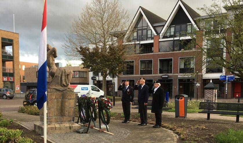 <p>De veteranen Peter Lenters, Ruud Mimpen en Jan Wolters brengen de gevallenen de eregroet. Foto: Tineke Venderbosch </p>