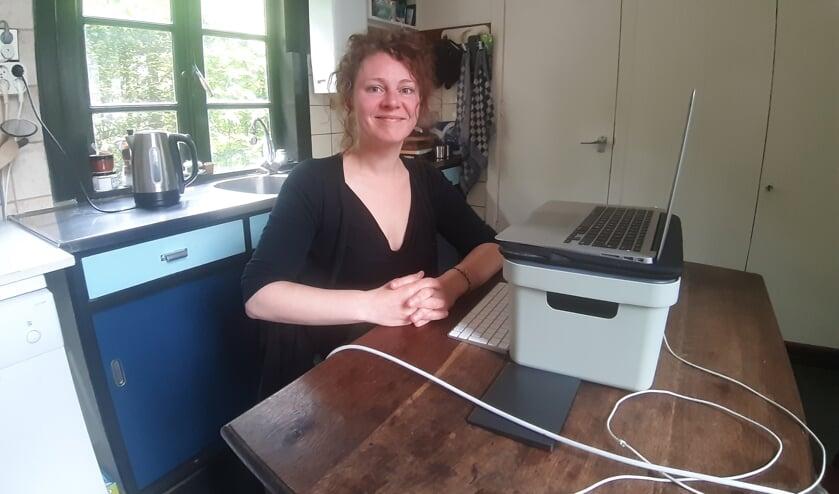 <p>De Vordense onderzoeksjournalist Eelke van Ark schrijft veel van haar onthullende verhalen voor Follow the Money gewoon aan de keukentafel. Foto: Rudi Hofman</p>