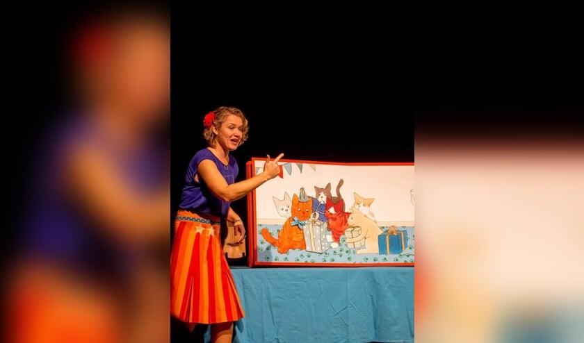 De voorstelling Dikkie Dik speelt rond een levensgroot boek. Foto: PR