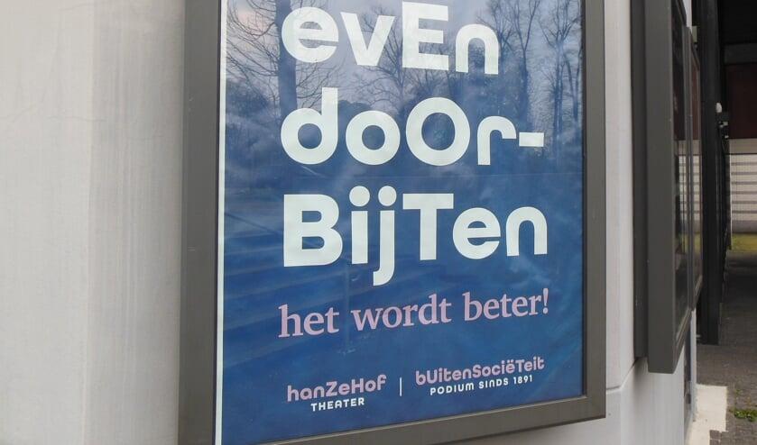 Met een poster vragen Hanzehof en Buitensoos het publiek nog heel even geduld te hebben. Foto: Eric Klop