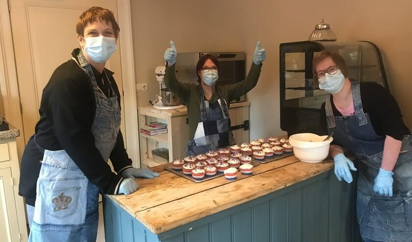 Webdy, Ilonka en Fleur in de weer met de cupcakes. Foto: PR