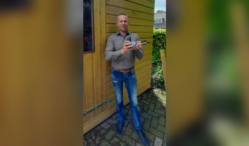 <p>Eerste overwinning Mark Borkus uit Hengelo met zijn winnende duif de 399. Foto: Ingrid Waarlo</p>