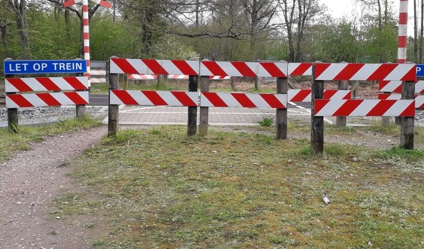 <p>Er zijn talloze bewaren tegen de afsluiting van de spoorwegovergang aan de Loorsteeg in Ruurlo. Foto: PR.&nbsp;</p>