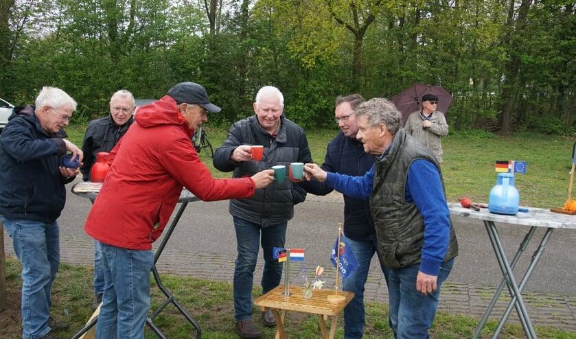 De met koffie toostende, heren zijn Johannes Hoven, Bertie Bussink, Bennie Berendsen en Freek Diersen. Foto: Frank Vinkenvleugel