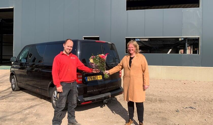 <p>Wethouder Inge klein Gunnewiek ging langs bij aannemer Thijs Tenbergen om het hoogste punt te vieren. Foto: PR Gemeente Winterswijk</p>