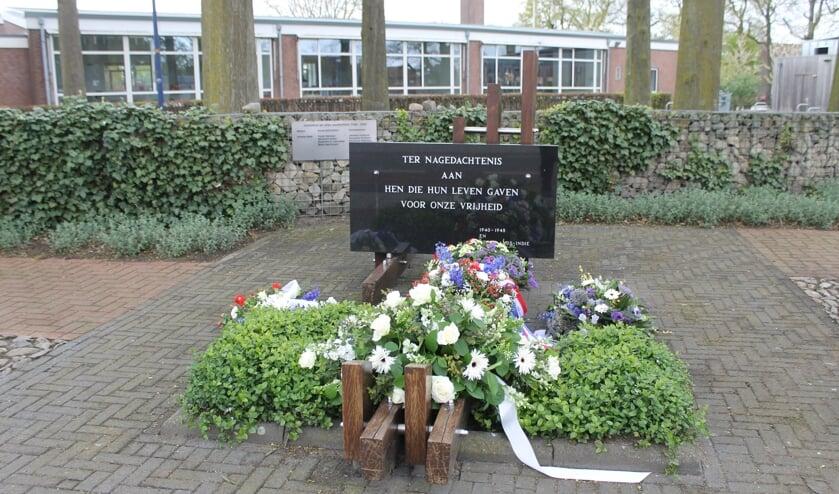 <p>Bloemen bij het monument. Foto: PR</p>
