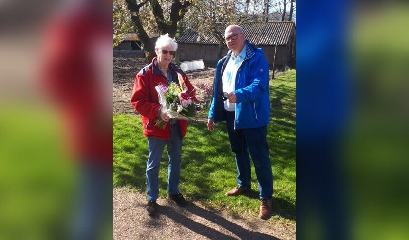 <p>Gerrie Nijenhuis, tien jaar vrijwilligster van de Zonnebloem, ontvangt van voorzitter Henk Hovenga een speld en bloemen. Foto: PR</p>