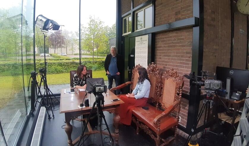 <p>De voorlopig laatste aflevering van Allemaal1.tv wordt opgenomen in het voormalige tramstation in Gorssel. Foto: Rudi Hofman</p>