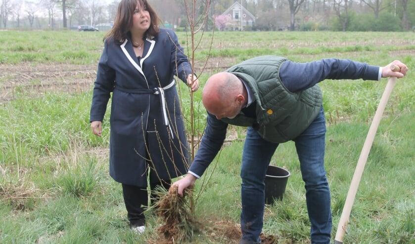 Wethouder Elvira Schepers en Patrick Hallink planten de eerste boom in de aan te leggen moestuin. Foto Lineke Voltman