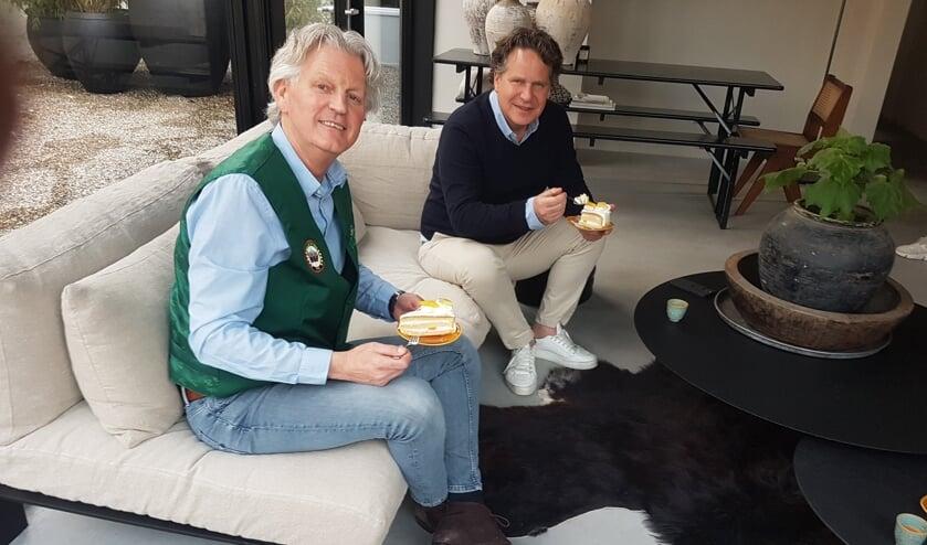 Geert-Jan Stokkers (links) en Eugène Huis in het Veld testen het jubileumgebakje. Foto: Mark Ebbers