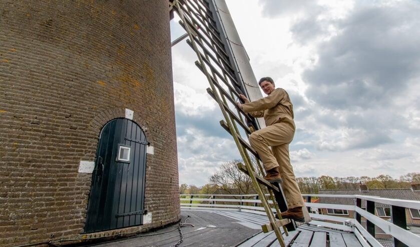 <p>Stephan Fransen heeft geen hoogtevrees, handig voor de molenaar en piloot. Foto: Liesbeth Spaansen</p>