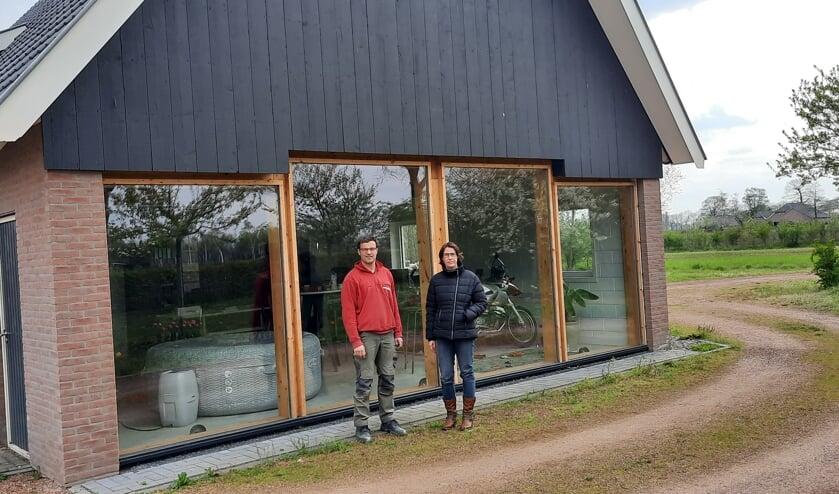 <p>Arjan en Mirjam Boomkamp voor het nieuwe bijgebouw op hun erf. Foto: Kyra Broshuis</p>