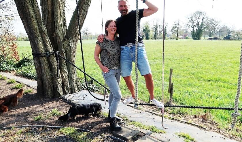 <p>Jan en Marion Kamperman in de achtertuin van hun woning. Foto: Theo Huijskes</p>