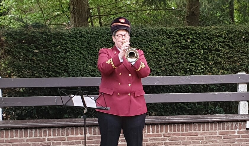 <p>Trompettist Mirjam Stegeman blaast het taptoe-signaal. Foto: Rob Weeber</p>