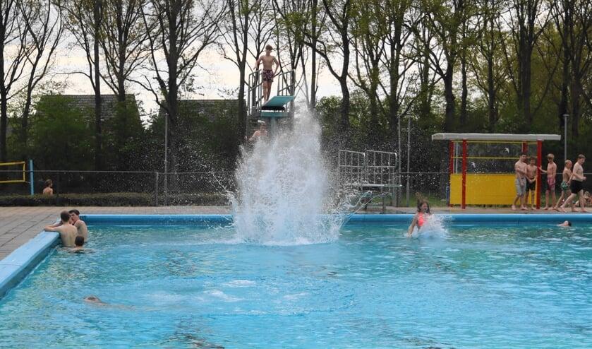 <p>De eerste bommetjes konden weer worden gemaakt na de opening van zwembad Het Elderink. Foto: Albert Schreuder</p>