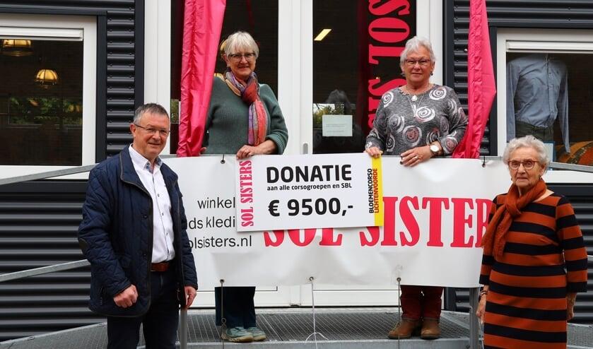 Stichting Bloemencorso Lichtenvoorde is erg blij met de gulle donatie van de SOL Sisters. Foto: PR