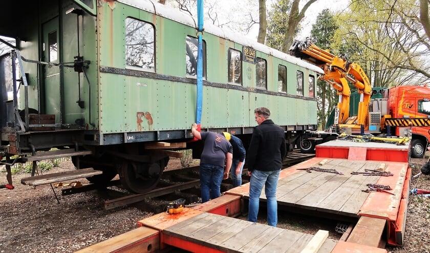 Onder het toeziend oog van Ronald Wopereis wordt de wagon op zijn plaats gezet. Foto: Theo Huijskes