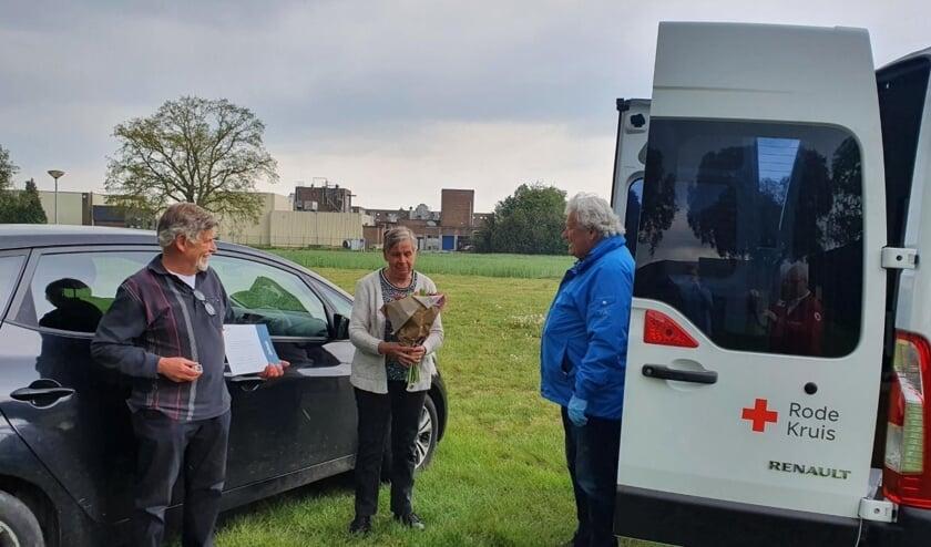 <p>Nol Nijhoff (de vertrekkende voorzitter) met Wim Weijers en zijn vrouw. Foto: Yvonne Eijmers</p>