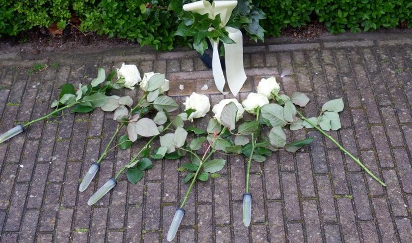 Bloemen bij de Stolpersteine, oftewel 'struikelstenen' in Geesteren. Foto: PR