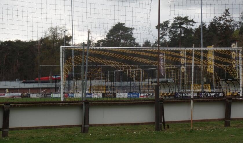 <p>Ze waren ruim vijftig jaar lang de kenmerkende afscheiding rond de drie speelvelden van sportpark &lsquo;t Grote Veld: de ruim twee honderd robuuste betonnen palen Foto: Jan Hendriksen</p>