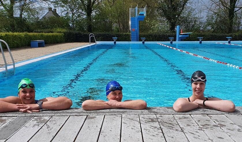 <p>Zwemsters Wilma Gerritsen (links) en Lisa ten Hoopen (r) voor de start van de Meet the Marines challenge. Karin Kelly uit Borculo zwom de eerste meters mee. Foto: Rob Weeber</p>