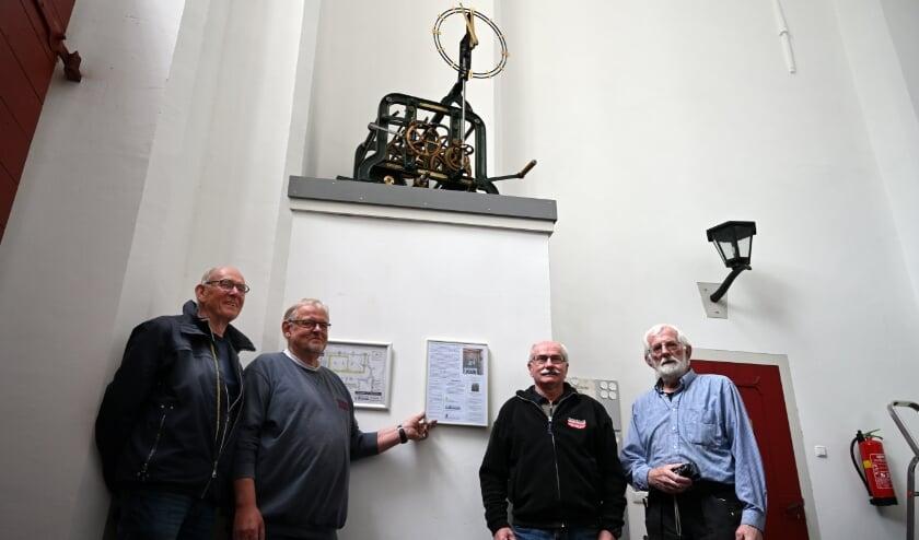 <p>V.l.n.r.: Frans Geurtsen, Joop Brugman en Carel Kornegoor van de oudheidkundige vereniging, en Geert Hiddink van de Vrienden van de Remigiuskerk bij het torenuurwerk. Foto: PR</p>