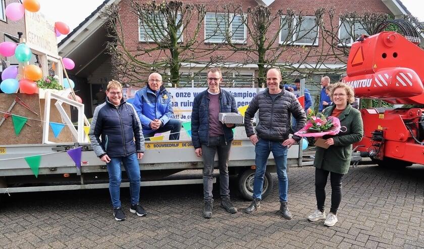 Frans Klein Gunnewiek (tweede van links) wordt thuisgebracht door zijn werkgever De Driehoek in Groenlo. Foto: Theo Huijskes